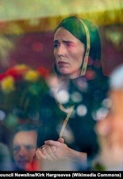 Жаңы Зеландиянын өкмөт башчысы Жасинда Ардерн өлкөнүн Түштүк аралындагы Крайстчөрч шаарындагы жамы мечиттерге террордук чабуулдан кийин атайын жоолук салынып, жергиликтүү мусулман жамаатынын аза күтүү жөрөлгөсүнө катышты. Төмөнүрөөктө – климат министри Жеймс Шоу. 16.3.2019.