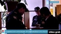 Пулис ҳангоми тафтиши эътирозгарон дар Екатеринбург. Акс аз навори «Новый регион»