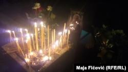 Mitrovčani od popodneva pale sveće i odaju poslednju poštu ispred sedišta stranke gde je izvršen atentat
