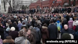 Belarusians say farewell to national poet Ryhor Baradulin in Minsk on March 4.