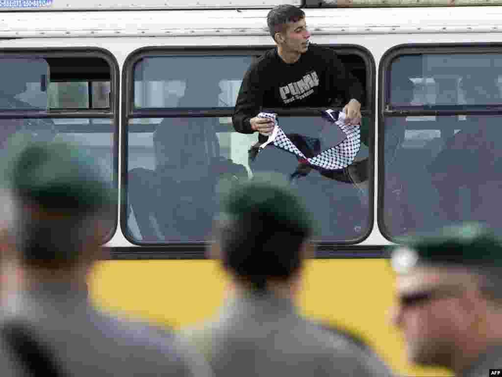 15.12.2008 - Izrael počeo oslobađanje 227 palestinskih zatvorenika - Izrael je u ponedjeljak na slobodu počeo puštati 227 palestinskih zatvorenika u znak podrške umjerenome palestinskom predsjedniku Mahmudu Abasu. Zatvorenici su počeli stizati u skupinama na izraelsku kontrolnu točku u Beituniji, na ulazu u Ramallah gdje su ih čekale obitelji i prijatelji. Specijalno povjerenstvo izraelske vlade odobrilo je popis zatvorenika koje će osloboditi, od kojih niti jedan nije bio uključen u napade na Izraelce. Gotovo svi zatvorenici pripadaju Fatahu, Abasovoj stranci, a niti jedan od njih nije član Hamasa koji je u lipnju preuzeo kontrolu nad pojasom Gaze. Još je oko 11.000 Palestinaca u izraelskim zatvorima.