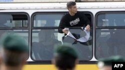 زندانيان با پنج دستگاه اتوبوس از زندانى در بازداشتگاه «عوفر» به پست بازرسى در نزديكى شهر «رام الله» انتقال يافتند و در آنجا به نيروهاى پليس فلسطينى تحويل داده شدند. (عکس: AFP)