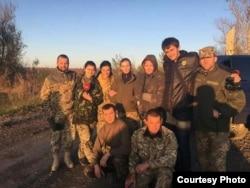 Тетяна (посередині) з волонтерами та журналістами