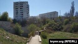 Тільки в одному місці через Доковий яр зроблений пішохідний місток і сходи