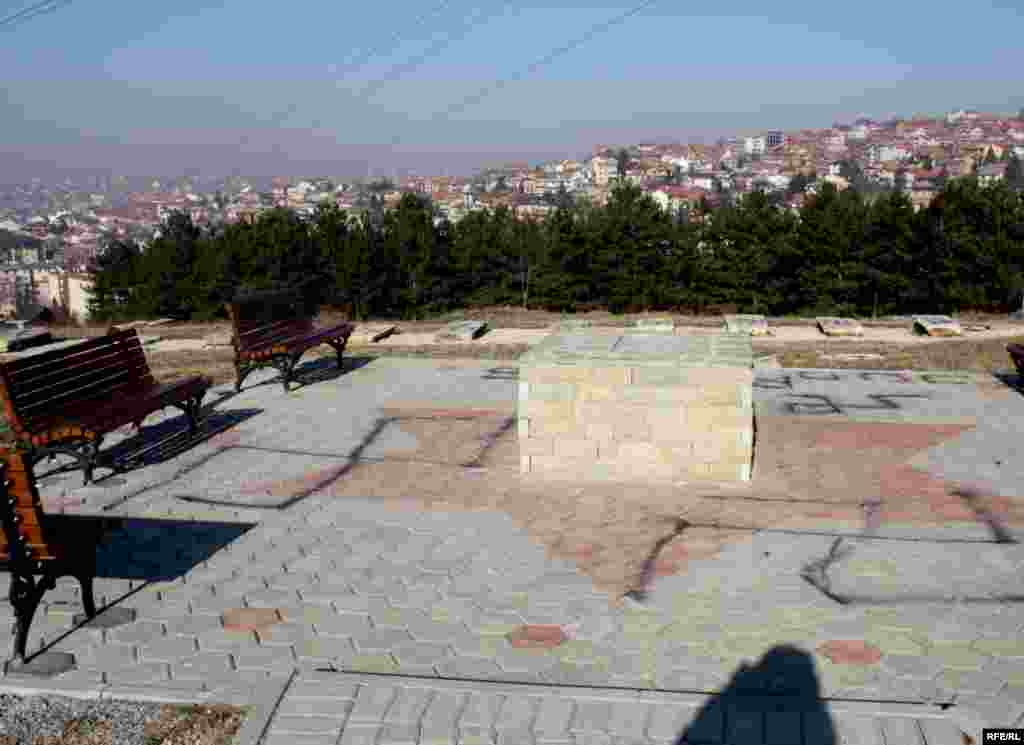 Skrnavljenje Jevrejskog groblja u naselju Velanija u Prištini, 01.12.2011. Foto: RSE / Valona Teliqi