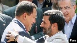 هوگو چاوز تابستان گذشته در جريان ديدارش از ايران محمود احمدی نژاد را برادر خود و برادر تمام ملت ايران و کل مردم آزاديخواه جهان خواند.