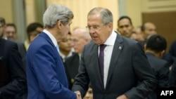John Kerry (solda) və Sergey Lavrov