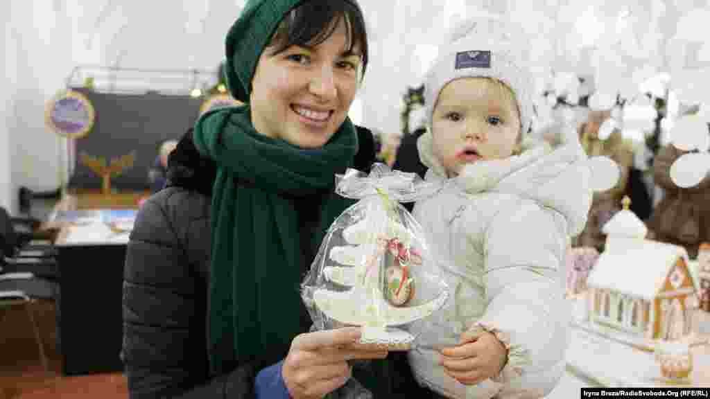 Жителька Ужгорода Вікторія з донькою Євою придбали лот на аукціоні за 100 гривень