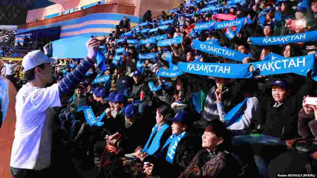 Школьники и студенты поднимают патриотические надписи. Астана, 1 декабря 2014 года.
