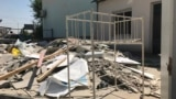 Металлическая кровать у здания Арысской городской больницы, где проводится ремонт. Туркестанская область, 18 июля 2019 года.