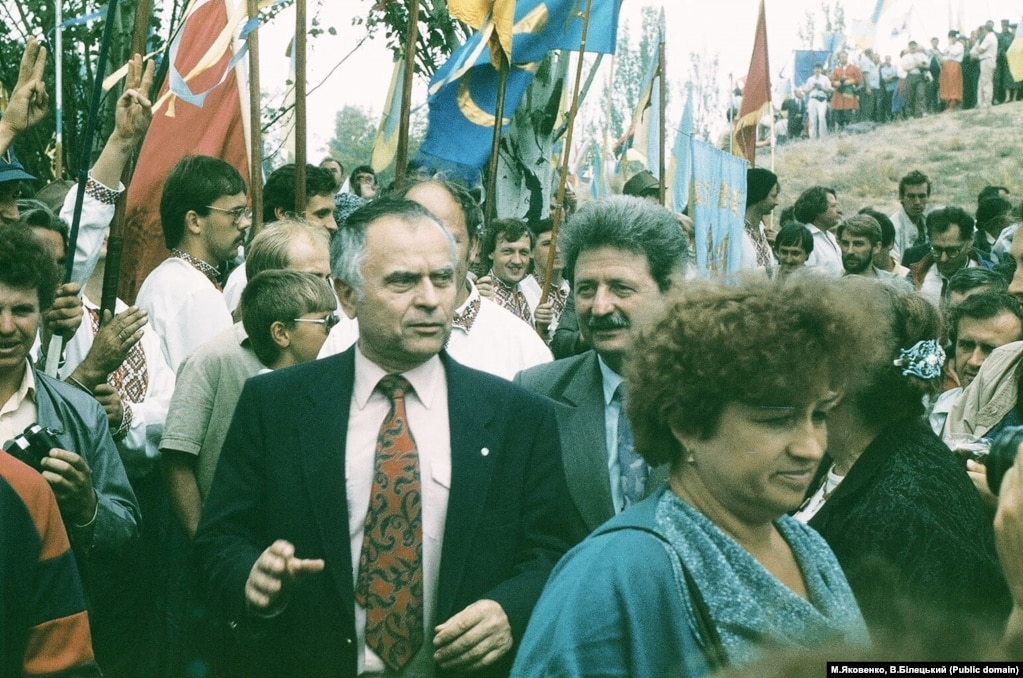 На передньому плані поет, рухівець, громадський діяч Дмитро Павличко, а праворуч від ньогоголова Секретаріату НРУ Михайло Горинь