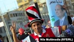 Ресми мәлімет бойынша Египет президенті сайлауында жеңімпаз атанған Абдел Фаттах әл-Сисиді қолдаушы оның суретін ұстап тұр. Каир, 3 маусым 2014 жыл.