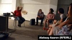 Общение художника из Санкт-Петербурга Дмитрия Виленского с немногочисленными алматинскими зрителями фильма «Что делать». Алматы, 31 августа 2016 года.