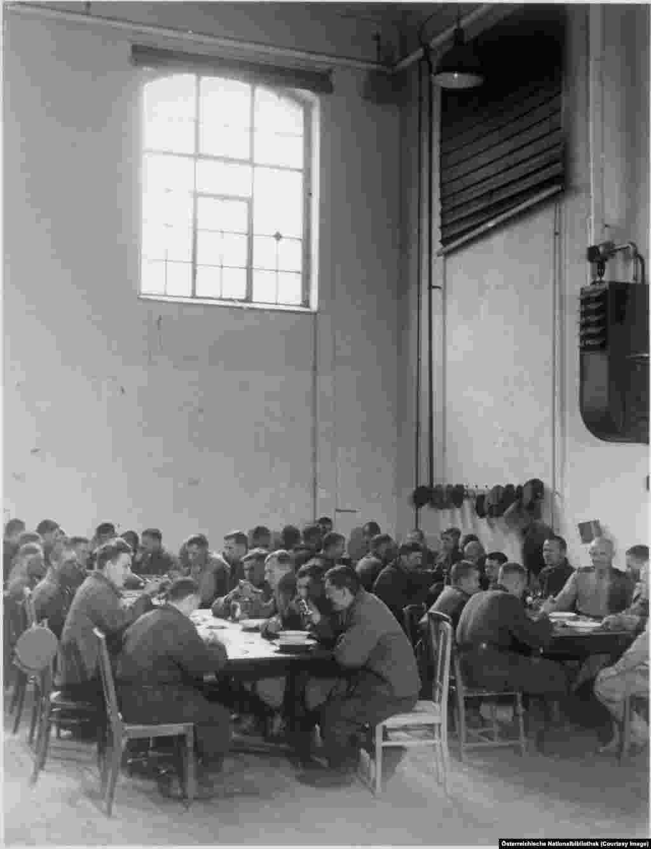 Радянські робітники за обідом на фабриці у Відні. Радянська військова окупація явно не припала до душі австрійцям, і східна частина Відня втратила близько 11 відсотків свого населення, яке втекло від радянського режиму