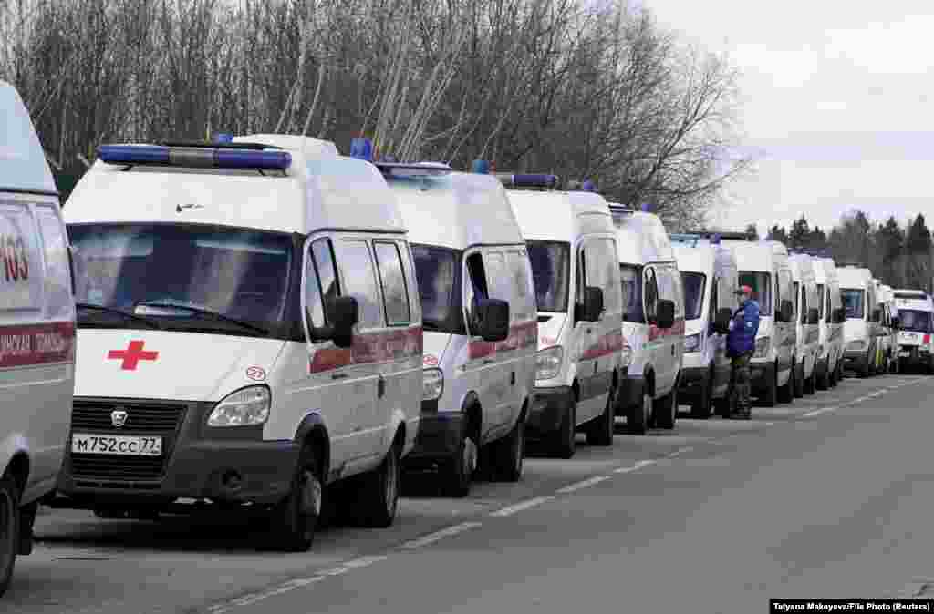 FILE PHOTO: Ambulances queue before driving onto the adjacent territory of a local hospital amid the coronavirus (COVID-19) pandemic in Khimki outside Moscow