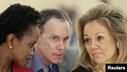Зампредставителя США в ООН Дуглас Гриффитс (в центре), помощник госсекретаря США Эстер Бриммер (слева) и представитель США в совете ООН по правам человека Эйлин Донахью, Женева, 28 февраля 2012