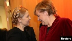 Екс-прем'єр України Юлія Тимошенко (ліворуч) і канцлер Німеччини Анґела Меркель, Дублін, 6 березня 2014 року