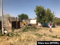 Арыс қаласындағы бұзылып жатқан үйлердің бірі. Түркістан облысы Арыс қаласы. 18 шілде 2019 жыл.
