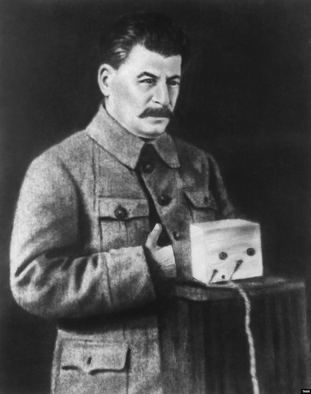 Моцна рэтушаваны здымак савецкага лідэра Ёсіфа Сталіна. Частка рэтушаваньня відавочна рабілася, каб палепшыць размытую альбо няякасную карцінку.