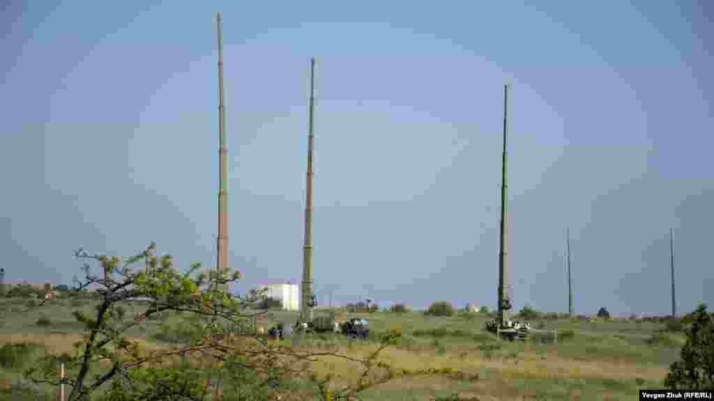 З вікон цього під'їзду відкривається краєвид на сусідню військову частину і на комплекс радіоелектронної боротьби «Мурманськ-БН». Висота телескопічних опор може сягати до 32 метрів