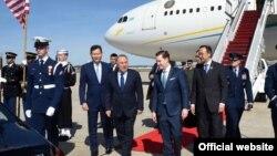 Президент Казахстана Нурсултан Назарбаев (в центре) после приземления его самолета в Вашингтоне. 30 марта 2016 года.