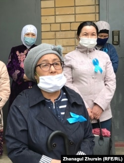 Белсенді Гүлнар Бекешова (алдыңғы қатарда) көзі тірісінде Серік Оразов үнемі полиция бақылауында болды деп санайды. Ақтөбе, 17 мамыр 2020 жыл.