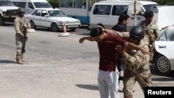 دورية امنية عراقية تفتش مشتبها به