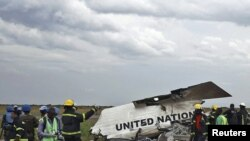 Congo -- Salvage workers gather at the scene of a United Nations plane crash in Kinshasa, 04Apr2011