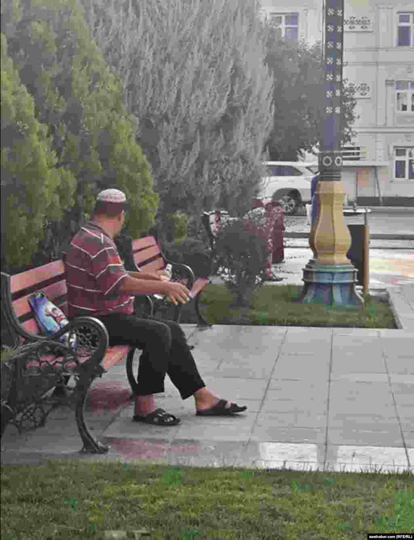 Aşgabadyň seýilgähinde dynç alyp oturan bir adam