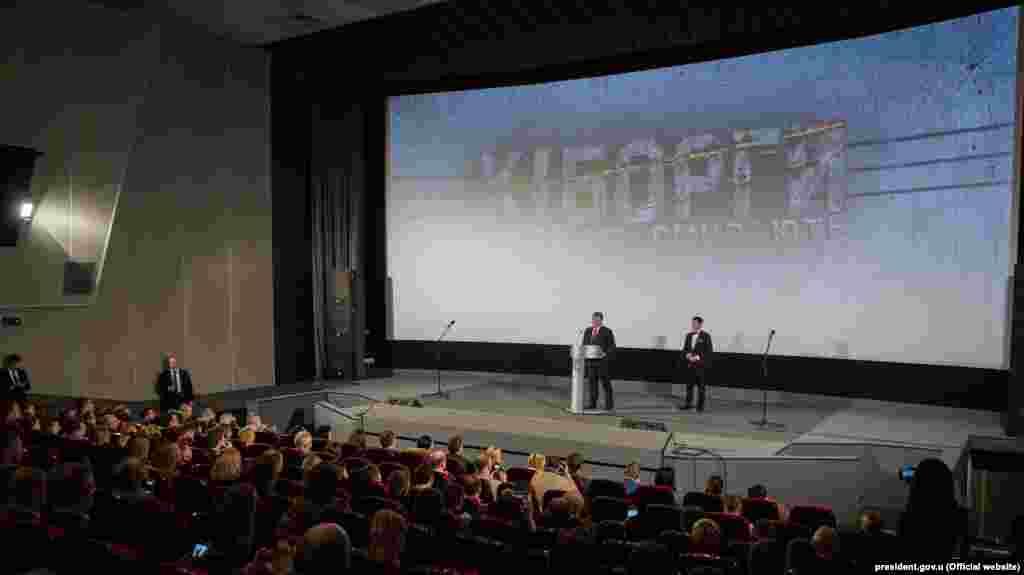 Тодішній президент України Петро Порошенко і Ахтмем Сеітаблаєв під час допрем'єрного показу фільму «Кіборги». Київ, 6 грудня 2017 року