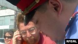 Полиция Андрей Свиридовтың ұсталғаны турал хаттаманы толтырып жатыр. Алматы, 16 қыркүйек, 2009 жыл.