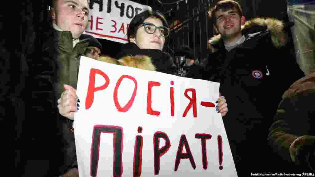 Некоторые принесли на акцию плакаты с надписями «Россия – пират» и «Ничего не забыто»