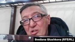 Астаналық 67 жастағы христиан пасторы Бақытжан Қашқымбаевты қылмыстық сипаттағы айыппен қамалған кезде психиатриялық сараптамадан еркінен тыс өткізген. Суретте ол сот залында отыр. Астана, 17 ақпан 2014 жыл.