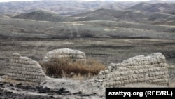 Шәкәрімнің саят қорасының қалдығы. Абай ауданы, Шығыс Қазақстан облысы, 3 қазан 2011 жыл.