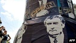 Белград. Плакат в поддержку подозреваемого в совершении военных преступлений Радована Караджича. Июль 2008