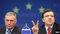 Премьер-министр Чехии Мирек Тополанек и глава Еврокомиссии Жозе Мануэл Баррозу на саммите в Брюсселе