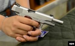 В магазине оружия в Атланте