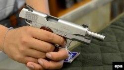 În vînzare la un magazin american de arme din Atlanta, Georgia...