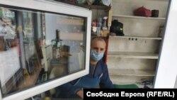 Обущарят Георги в работилницата си в Гоце Делчев