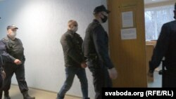Сяргея Базука вядуць у судовую залю