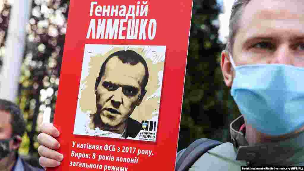 Геннадия Лимешко задержали в аннексированном Крыму 12 августа 2017 года. ФСБ России назвала его «агентом СБУ» и обвинила в подготовке диверсий на полуострове. Служба безопасности Украины опровергла причастность задержанного к органам госбезопасности. Родственники Лимешко рассказывали, что до ареста мужчина жил и работал в Мариуполе, перед тем с семьей жил в Харькове. А его жена Ирина говорила, что Геннадий уехал в Крым на работу: семье нужны были деньги на лечение дочери. Подконтрольный Кремлю Судакский городской суд 10 мая признал Лимешко виновным в «незаконном приобретении, хранении и ношении взрывчатых веществ» и приговорил к 8 годам лишения свободы