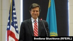 АҚШ мемлекеттік хатшысының көмекшісі Роберт Блейк. Астана, 23 сәуір 2013 жыл.