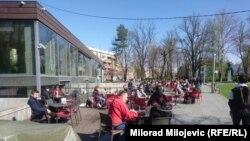 A bosznai Szerb Köztarságban is nyitottak a vendéglátóhelyek teraszai, Banja Lukában is sokan kiültek kávézókba április 5-én.