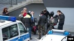 """Полиция проверяет документы у """"Ночных волков"""" (Брайтенау, Германия, 7 мая 2015 года)"""