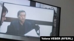 В зале суда, где слушается дело бывшего премьер-министра Серика Ахметова. Караганда, 2 декабря 2015 года.