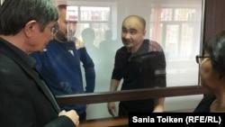 Азаматтық белсенділер Макс Боқаев (оң жақтан екінші) пен Талғат Аян (сол жақтан екінші) сот залында. Атырау, 18 қараша 2016 жыл.