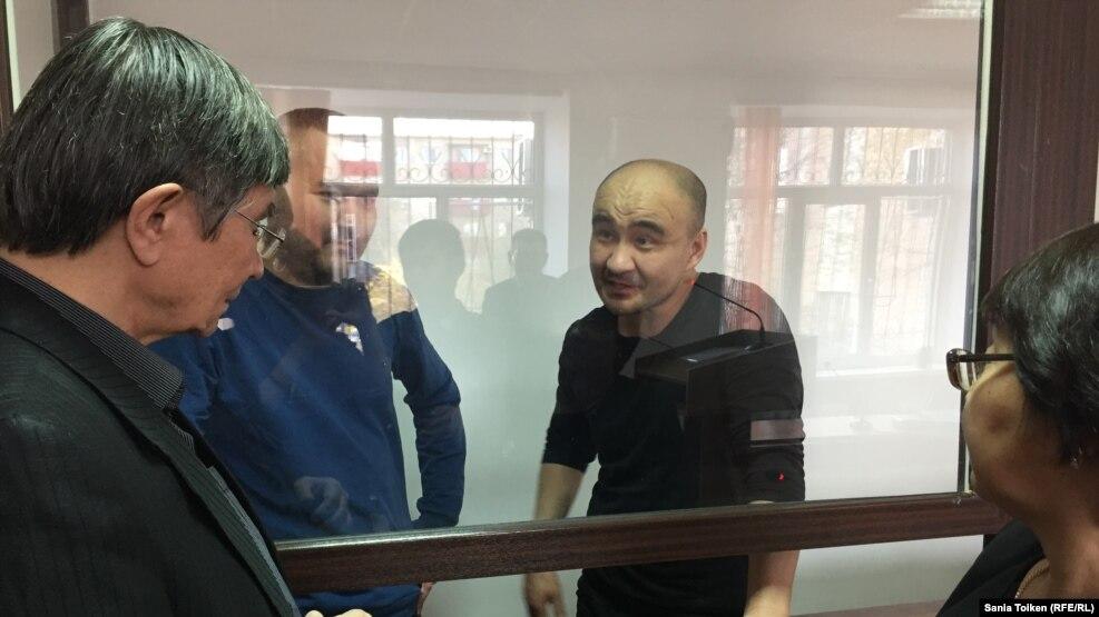 Гражданские активисты Макс Бокаев (второй справа) и Талгат Аян (второй слева) на суде по их делу. Атырау, 18 ноября 2016 года.