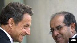 Николя Саркози (сол жақта) мен Махмұд Жебрейіл. Париж. 24 тамыз 2011 жыл.