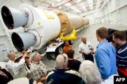 """Ракета-носитель Atlas V с российским двигателем первой ступени РД-180, база на мысе Канаверал, сентябрь 2011 года. Через три месяца она выведет на орбиту """"Марсианскую научную лабораторию"""", включавшую марсоход Curiosity, который был доставлен на Марс в августе 2012 года"""