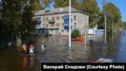Спасатели выводят жителей с затопленной улицы